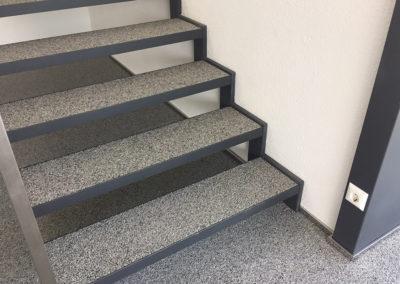 Steinteppich als stiegenbelag ist eine gute wahl, denn Stiegen sind sehr beansprucht und steinteppicheist robust und hält viel aus.