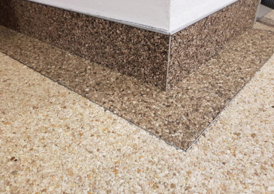 steinteppich im Innenbereich: Viele strukturen und Farben sind möglich. sogar als Wandverkleidung ist der Steinteppich gut geeignet