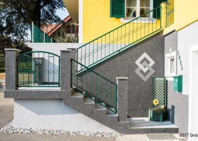 Treppenaufgang mit Steinteppichbelag