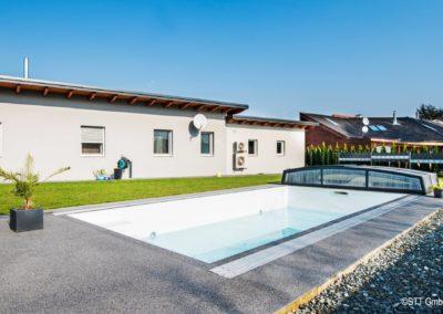 Dekorativ und rutschfest: der Steinteppich als Bodenbelad rundum den Pool