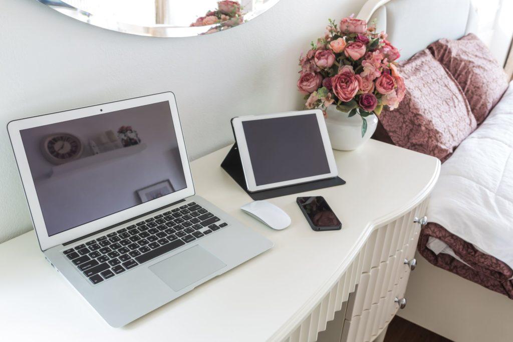 Laptop und Handy im Schlafraum sind ein No-Go bei Feng Shui