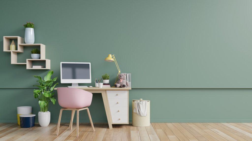 Volle Konzentration in dem beruhigenden Homeoffice mit grüner Wandfarbe.