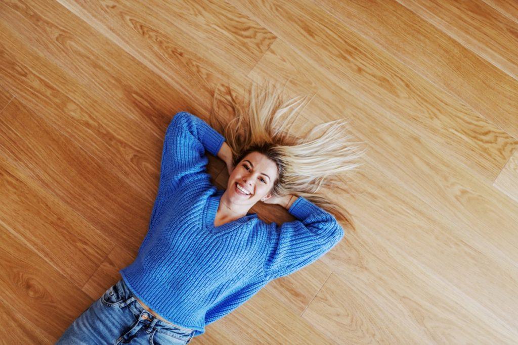 Parkettböden aus Mehrschichtplatten sind mit der Fußbodenheizung kompatibel.