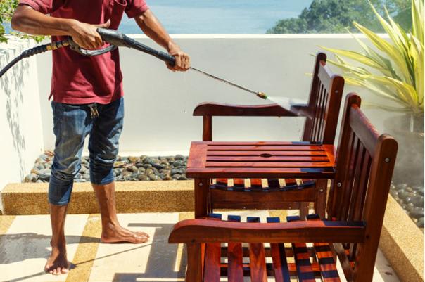 Balkonmöbel sauber machen