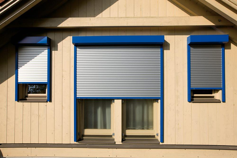 Sonnenschutz, wie Rollladen stellen eine extra Barriere gegen Einbrecher dar.
