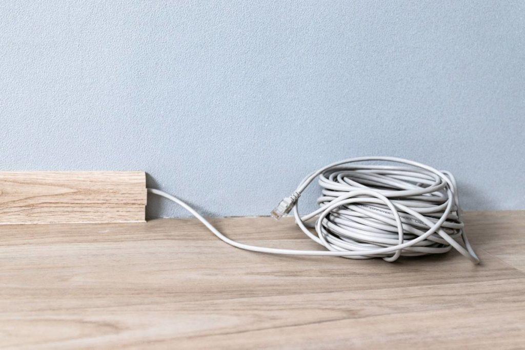 Eine sockelleiste dient unter anderem dazu, Kabel zu verstecken